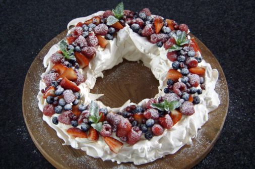 Decorating Christmas Cake Mary Berry : Mary s christmas pavlova the great british bake off